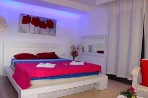 מיטה עם כיסוי ורוד