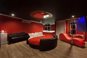 מיטה עגולה אדומה עם גקוזי